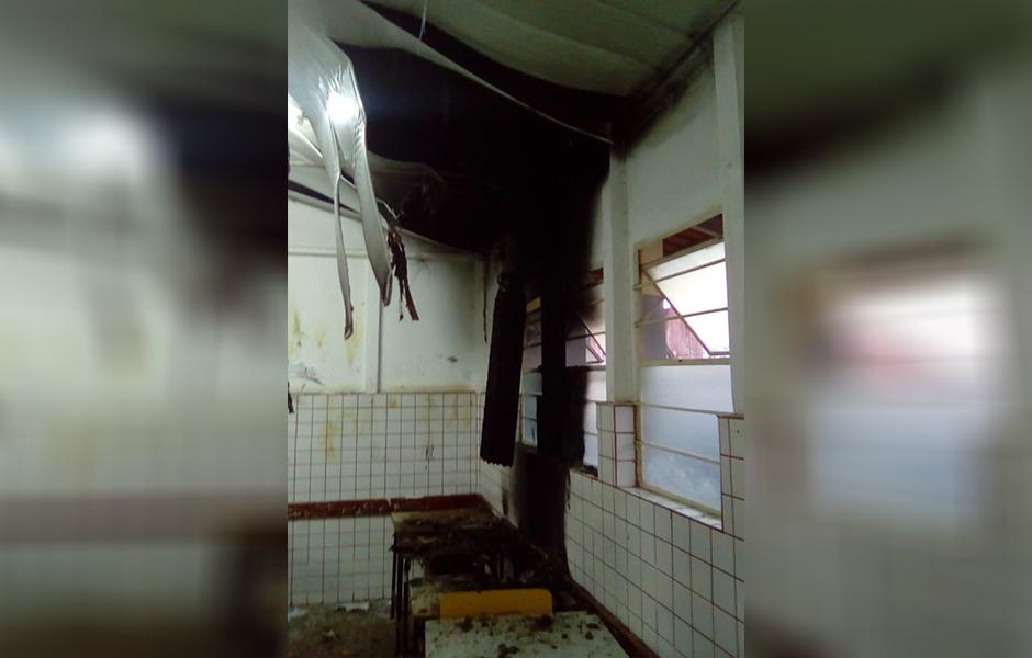 Escola municipal é alvo de vandalismo, em Aparecida de Goiânia