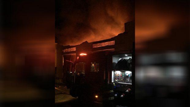Incêndio de grandes proporções atinge galpão comercial, em Anápolis