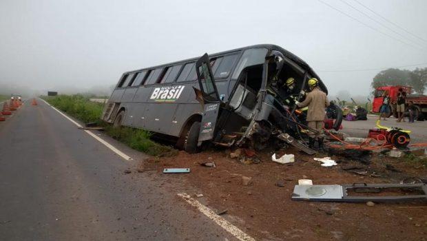 Ônibus tomba e deixa 17 passageiros feridos na GO-080, em São Francisco de Goiás