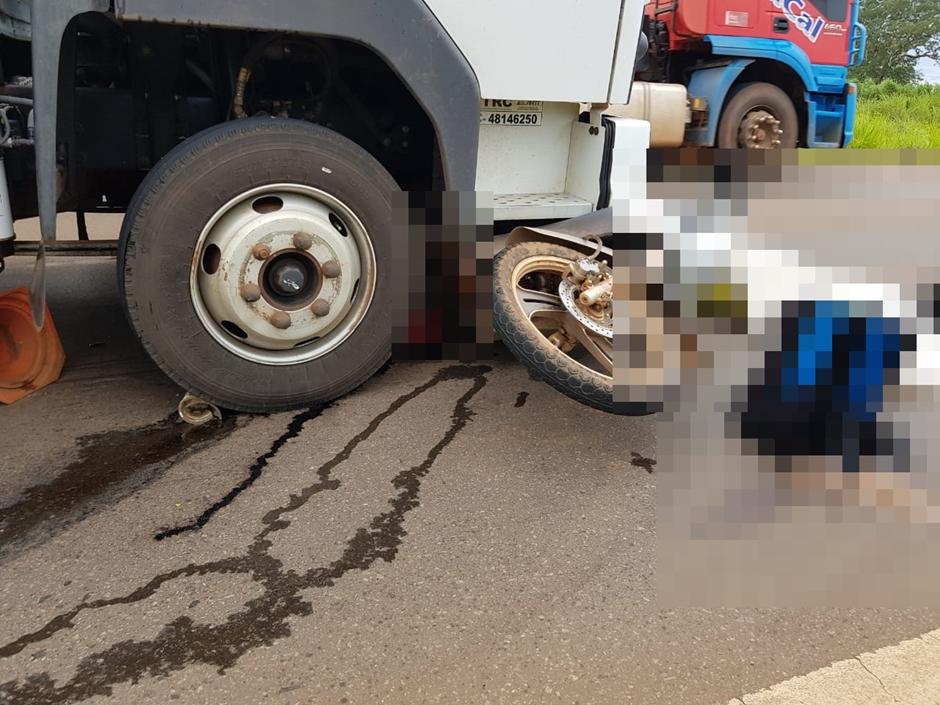 Acidente entre caminhão e moto na BR-060 deixa duas pessoas mortas, em Indiara