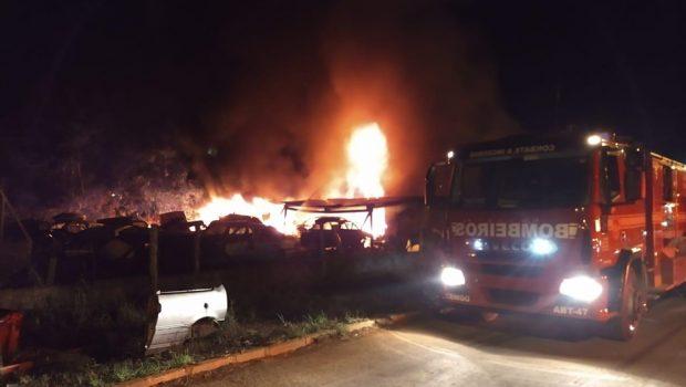 Bombeiros de Formosa combatem incêndio em ferro-velho