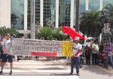 Trabalhadores manifestam contra a reforma da previdência, em Goiás