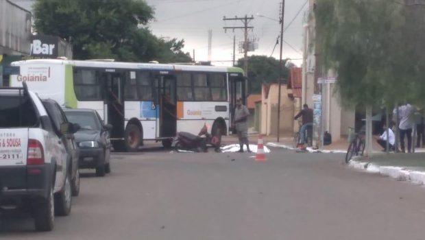 Mulher morre e outra fica ferida após moto colidir com ônibus do transporte coletivo, em Goianira