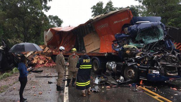 Homem fica ferido após colisão entre dois caminhões na BR-153, em Porangatu