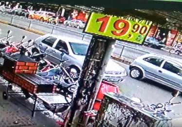 Imagens mostram momento do acidente entre carro e moto na manhã deste sábado (23), em Goiânia