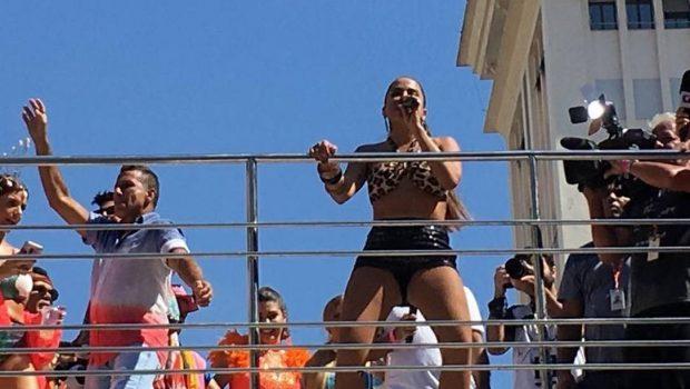 Anitta interrompe Bloco das Poderosas para denunciar roubo, no Rio de Janeiro