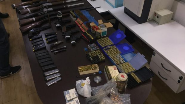 PM apreende armas e munições em apartamento no setor Alto da Glória, em Goiânia