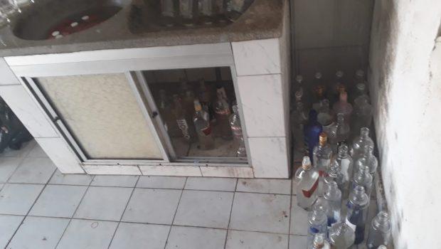 PM desmonta laboratório de falsificação de bebidas alcoólicas em Goiânia