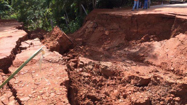 Governo decreta situação de emergência em 12 municípios após rompimento de bueiro na GO 060