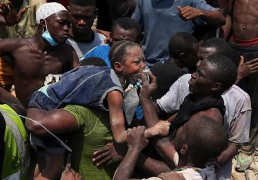Prédio com escola desaba na Nigéria e soterra dezenas de crianças