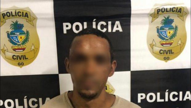 Homem que esfaqueou a esposa é preso com moto roubada