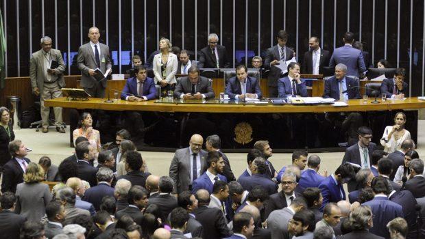 Câmara aprova PEC que tira poder do governo sobre o Orçamento
