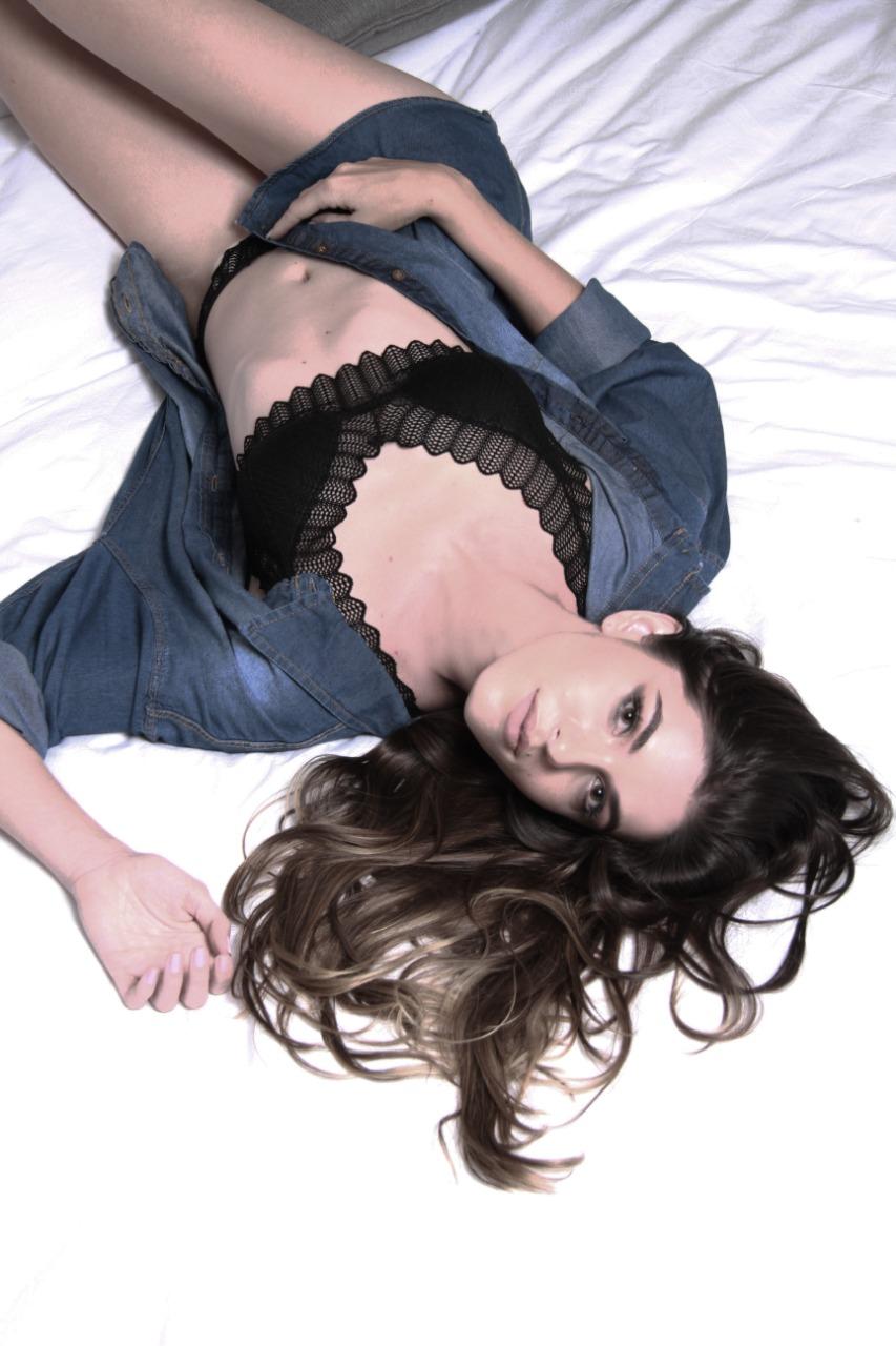 Até a lingerie tem a sua delicadeza e discrição. Na suíte do Clarion, Nathalye usou conjunto da e camisa jeans daLuphy Camisaria (Foto: Marcos Zapp)