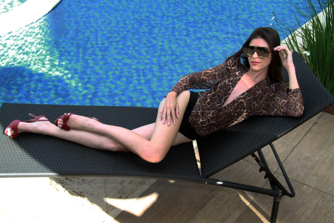 Os tecidos que tem a cara da riqueza também são mais delicados e sofisticados. Nathielly Vaz foi a piscina do Clarion Hotel com body de seda Encantare, sandálias de Lucia Vilela e óculos Fendi do Fujioka Ótica. (Foto: Marcos Zapp)