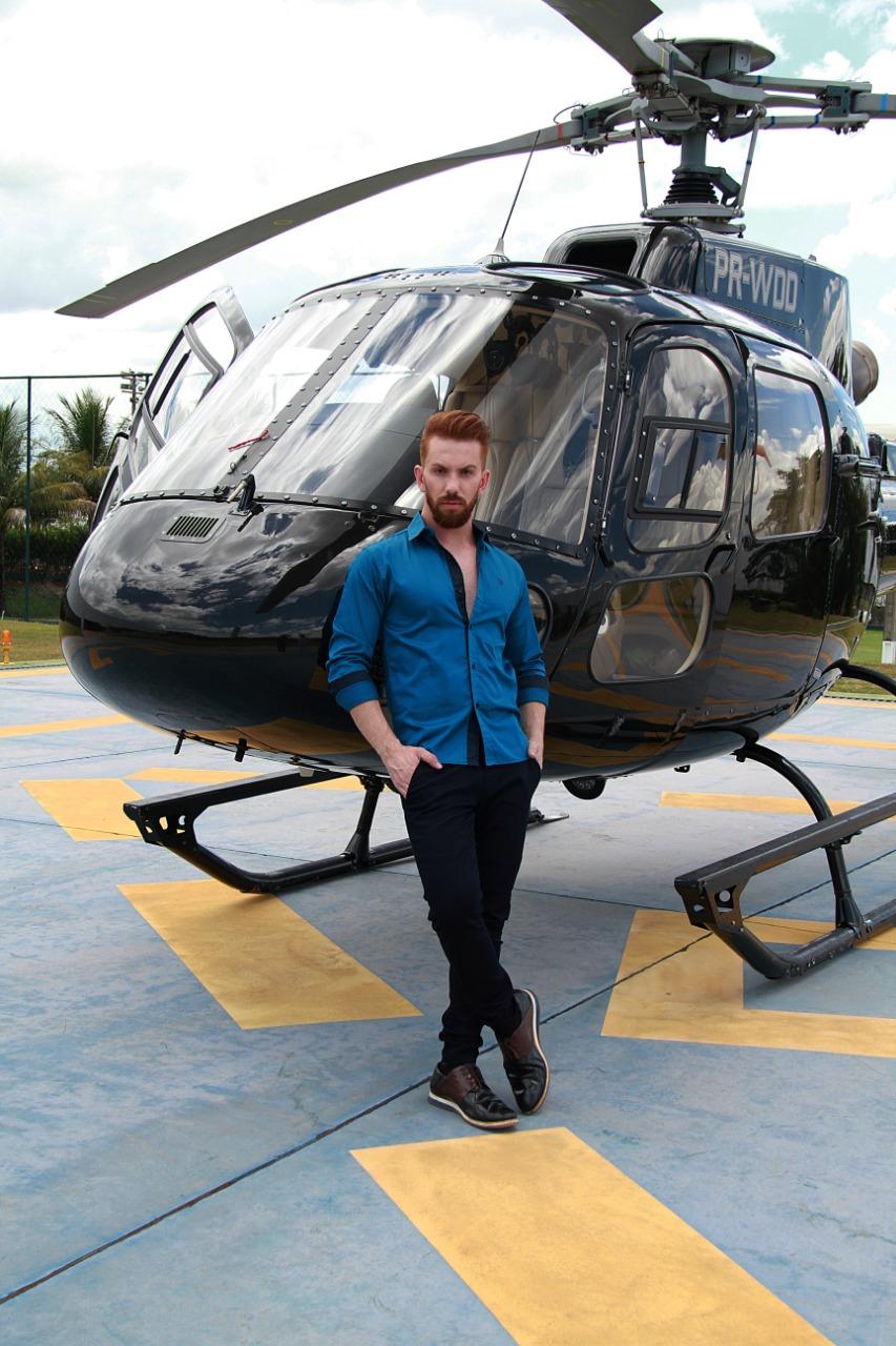Alguns símbolos do poder e da riqueza estão nos detalhes que tornam a vida mais dinâmica como o helicóptero da Cifarma. Tulio veste camisa da Luphy Camisaria, jeans da Onx e sapato Ricardo Almeida (Foto: Marcos Zapp)