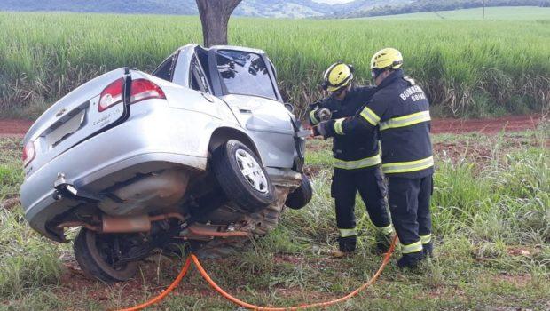 Mãe e filha morrem depois de colisão entre carro e árvore na GO-080, em Barro Alto