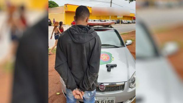 Jovem é preso após se arrepender de roubar carro de motorista de aplicativo, em Trindade