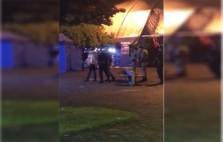 Vídeo mostra agressão de PMs contra folião durante carnaval, em Jaraguá