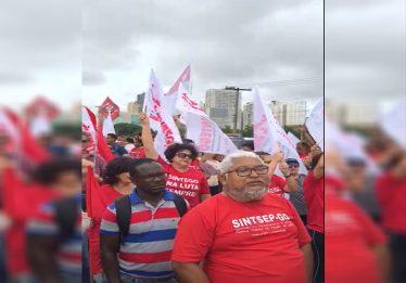 Grupo de trabalhadores protestam contra reforma da Previdência na BR-153, em Goiânia