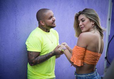 Cantor Suel lança clipe de 'Questionário' com participação de Lorena Improta