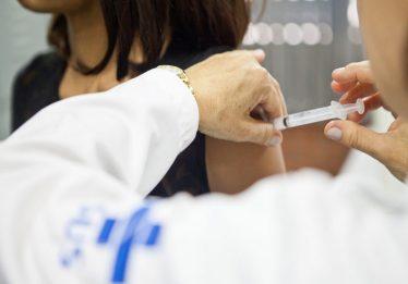 Adolescentes de Aparecida recebem vacinação contra Meningite C e HPV neste sábado (23)