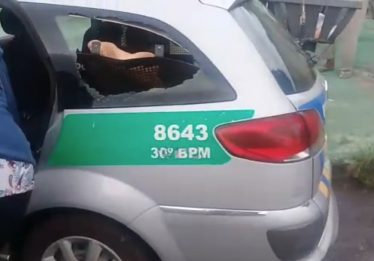 Homem quebra vidro de viatura depois de ser preso por ameaça e desacato, em Goiânia