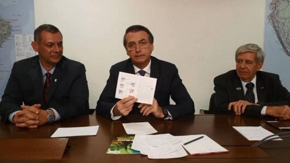 Bolsonaro sugere que pais rasguem páginas sobre educação sexual de Caderneta de Saúde da Adolescente