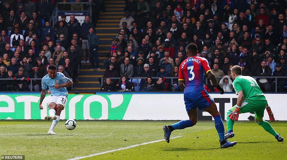 Com 2 de Sterling e 1 gol irregular de Jesus, City vence e retoma ponta do Inglês