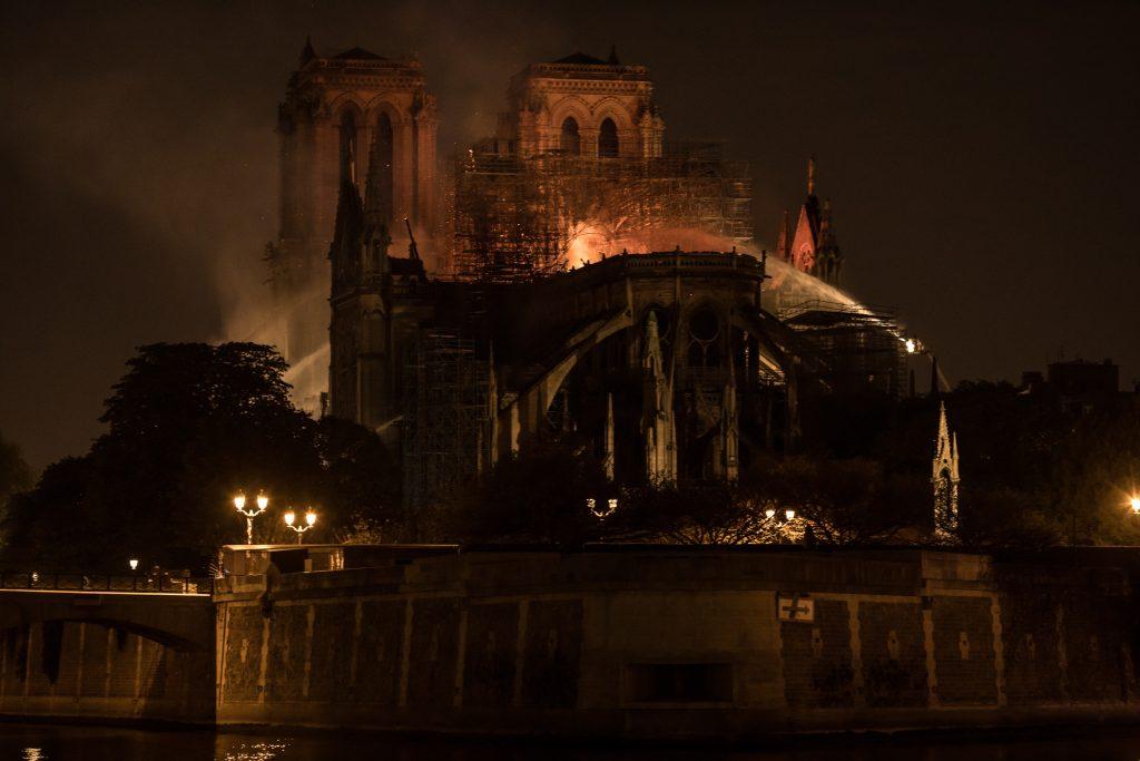 Estrutura principal de Notre-Dame está salva, dizem bombeiros