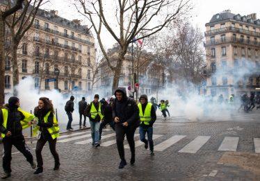 Coletes amarelos entram em conflito com a polícia em 23º sábado de protesto