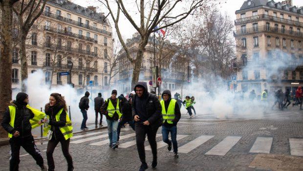 Coletes amarelos protestam na França contra políticas de Macron pela 24ª semana