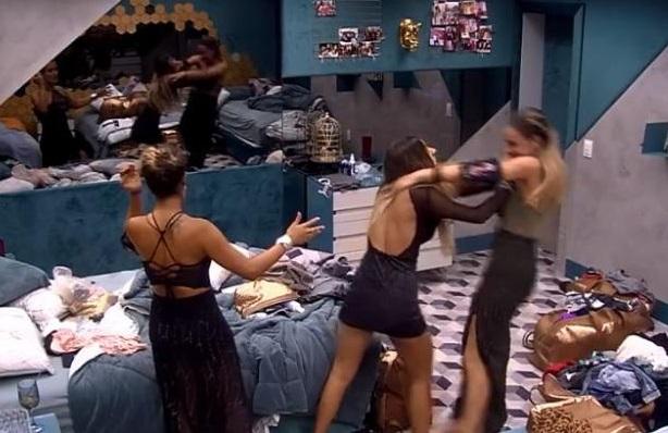 Hariany joga Paula no chão enquanto Carol tenta apaziguar briga (Foto: Reprodução)