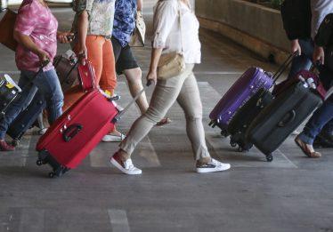 Bolsonaro veta bagagem gratuita em voos domésticos, diz Planalto