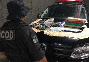 Quatro pessoas foram presas suspeitas de tráfico de drogas, em Goiânia
