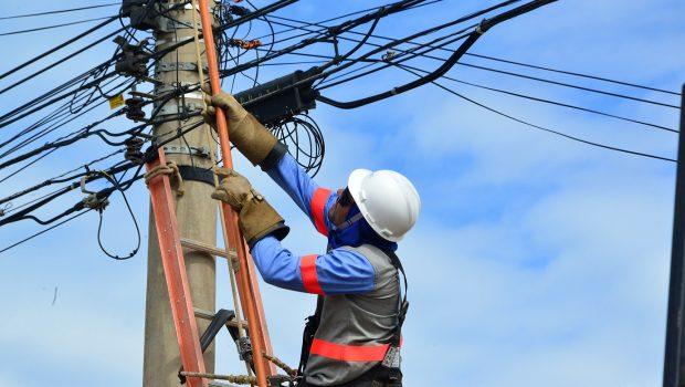 Técnicos fiscalizam sobrecarga de fiação de telecomunicação em postes de Goiânia