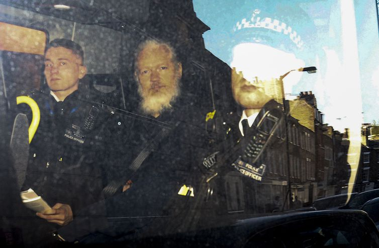 O fundador do WikiLeaks, Julian Assange, deixa o Tribunal de Magistrados de Westminster na van da polícia, depois de ser preso em Londres, na Grã-Bretanha (Foto:  Reuters / Henry Nicholls)