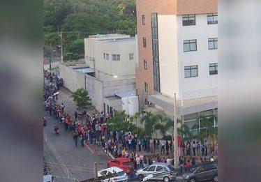 Quase mil desempregados formam fila na entrada de hospital, em Goiânia