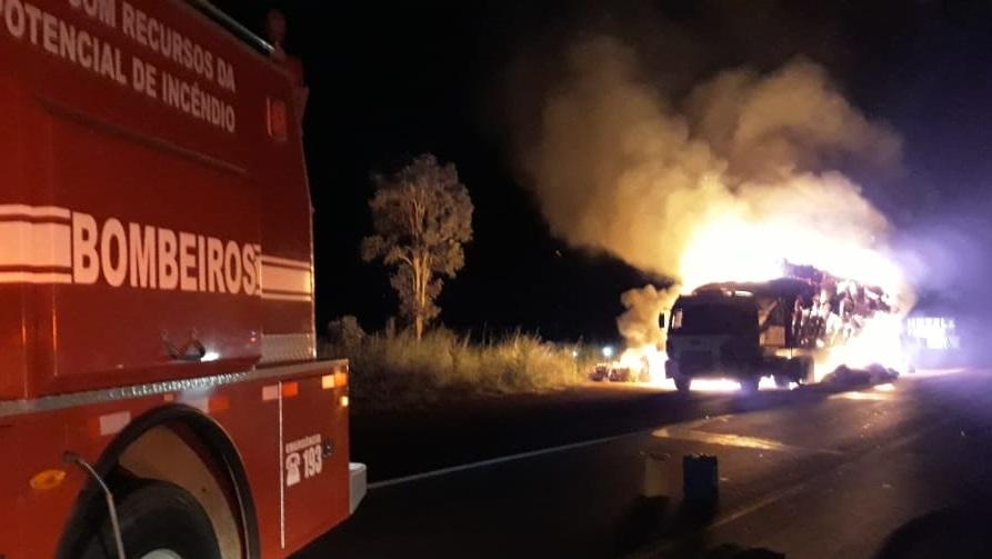 Caminhão carregado de algodão pega fogo em Formosa; confira o vídeo