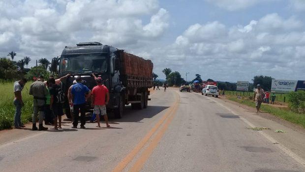 Idoso morre após se envolver em acidente entre moto e caminhão, na BR-070