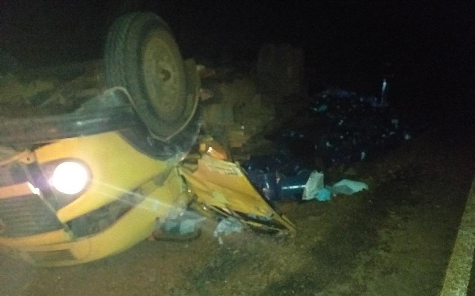 Motorista morre após sair de pista e capotar caminhão em Buriti Alegre