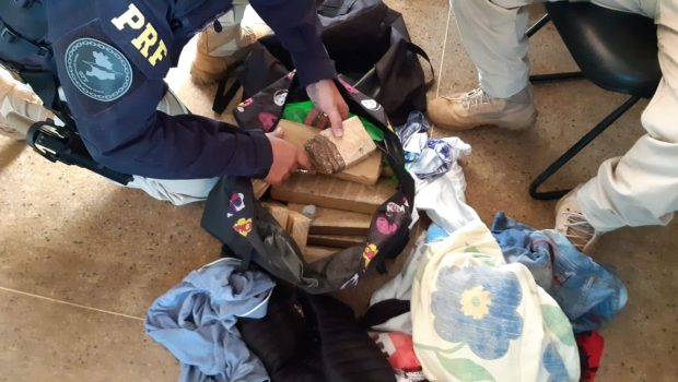 Adolescentes são apreendidas com 20 quilos de maconha dentro de ônibus clandestino, em Jataí