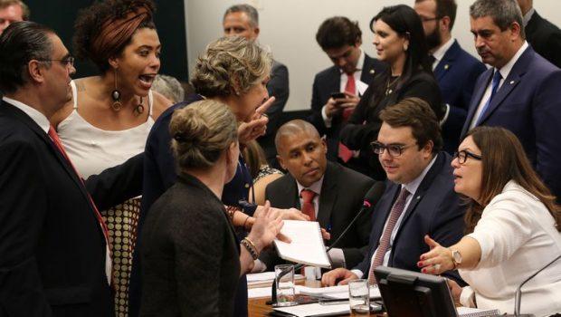 Oposição tenta adiar votação de reforma da Previdência na CCJ