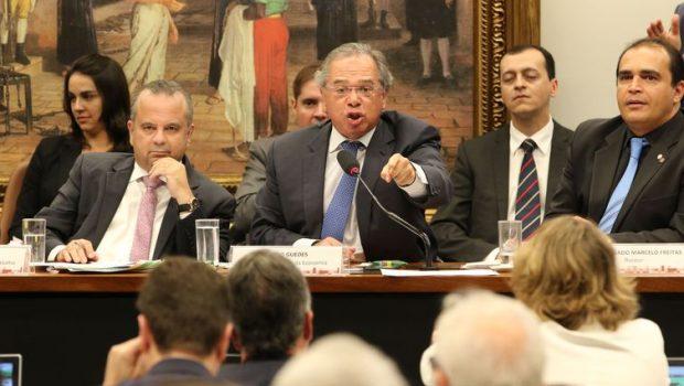Audiência na Câmara com Guedes termina em confusão