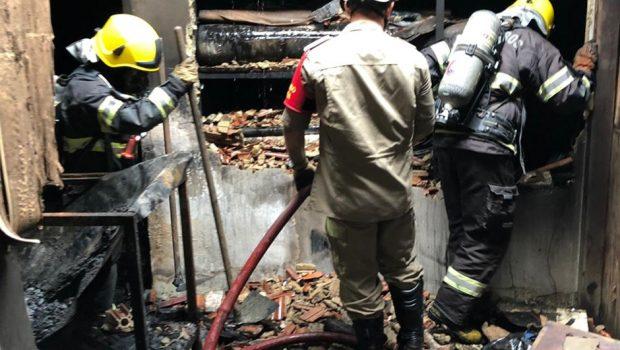 Incêndio destrói fábrica de materiais militares em Aparecida de Goiânia