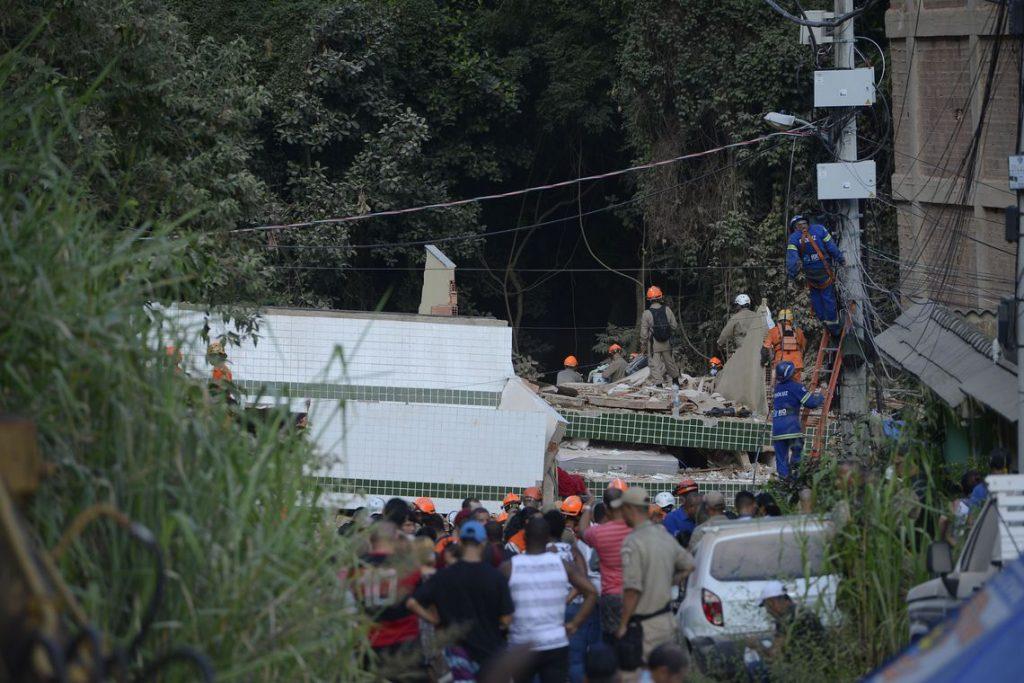 Corpos de duas crianças são resgatados dos escombros na Muzema