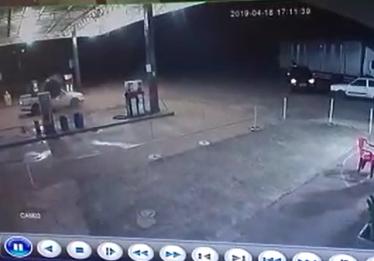 Roda se solta de caminhão e causa danos em posto de combustível, em Jataí