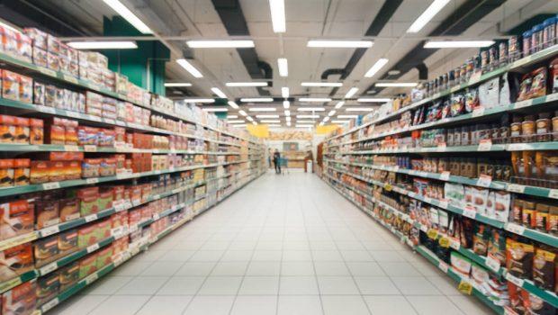 Supermercado terá que indenizar cliente que escorregou em chão molhado e quebrou o braço