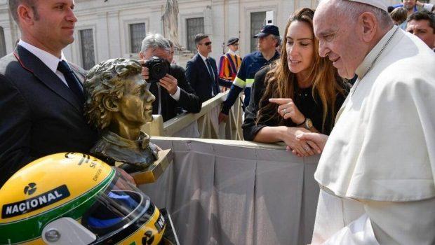 Papa Francisco ganha capacete e busto do piloto Ayrton Senna