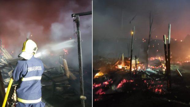 Incêndio destrói casas improvisadas em acampamento no Distrito Federal