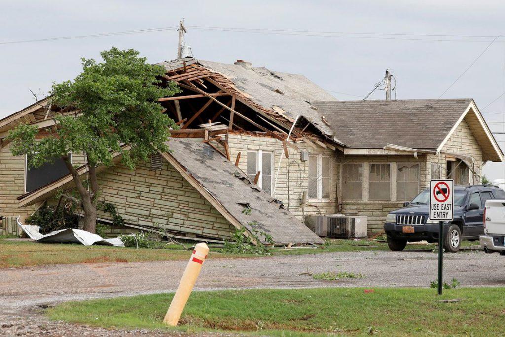 Tornado destrói comunidade em Oklahoma e mata pelo menos duas pessoas